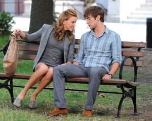 Katie Cassidy upskirt on the set of Gossip Girl