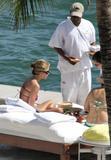 HQ's are up..... - HQs of Jennifer Aniston in Miami Beach, FL..... Foto 613 (Штаб являются до ..... - Штаб-квартира Дженнифер Анистон в Miami Beach, FL ..... Фото 613)