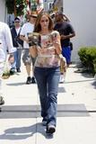 ジェニファー・ラブ・ヒューイット(Jennifer Love Hewitt) - 雑誌を見ながら歩行中